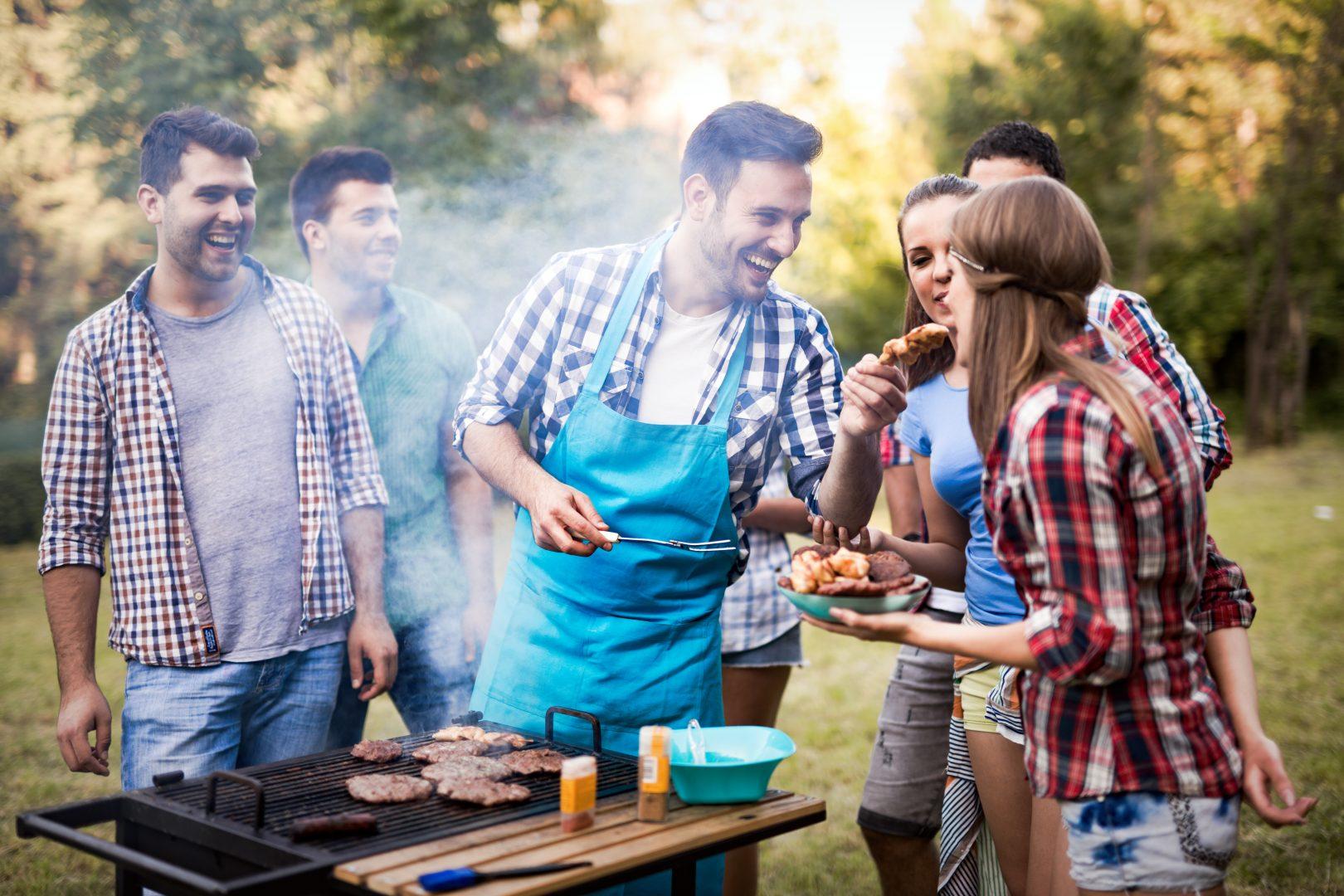 Приятели се забавляват на американско барбекю на 4-ти юли